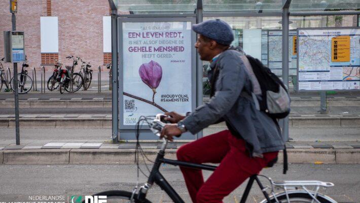 Op 50 haltes in Rotterdam en Schiedam hangen onze posters